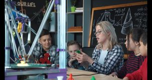 Kids studying process of 3d printing Royalty Free Stock Photos