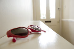 Kids_sunglasses_in_hallway Photographie stock