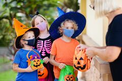Free Kids Trick Or Treat. Halloween In Face Mask Royalty Free Stock Images - 195693639