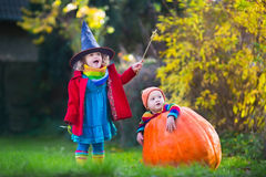 Kids trick or treating at Halloween Royalty Free Stock Photography