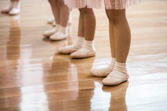 Kidss line up för balettfot Arkivfoton