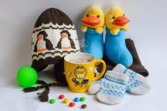 Kidswear y taza calientes de cacao Foto de archivo libre de regalías
