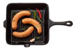 Kiełbasa dla piec na grillu w niecce pojedynczy białe tło T zdjęcia royalty free