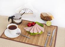 Kiełbasa gotował się z zieleniami, pomidorami i ogórkami, Słuzyć z czarnym lub białym chlebem To jest dobry śniadanie na początku fotografia stock