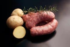 Kiełbasa - korzenny surowy wieprzowiny mięso fotografia stock