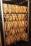 Kiełbasa na mięsnej roślinie przygotowywał dla Dymić Zdjęcia Stock