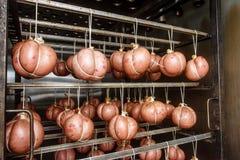 Kiełbasa na mięsnej roślinie przygotowywał dla Dymić Obraz Royalty Free