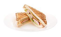 Kiełbasa piec na grillu serowa kanapka na talerzu Odizolowywający na białych półdupkach obraz royalty free