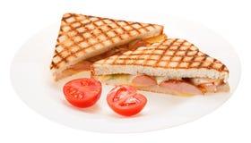 Kiełbasa piec na grillu serowa kanapka z pomidorem na talerzu odosobniony obraz royalty free