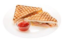Kiełbasa piec na grillu serowa kanapka z pomidorowym ketchupem na talerzu obrazy royalty free