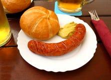 Kiełbasa z chlebem na stole w piwo ogródzie obrazy royalty free
