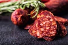 Kiełbasiany Chorizo Hiszpańska tradycyjna chorizo kiełbasa, z świeżymi ziele, czosnku, pieprzu i chili pieprzami, kuchnia tradycy Fotografia Stock
