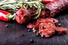 Kiełbasiany Chorizo Hiszpańska tradycyjna chorizo kiełbasa, z świeżymi ziele, czosnku, pieprzu i chili pieprzami, kuchnia tradycy Zdjęcia Stock