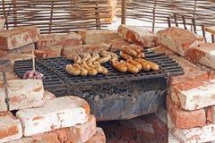 Kiełbasy gotują na grillu w grabie Obraz Royalty Free