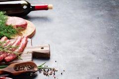 Kiełbasy, mięso, czerwone wino Zdjęcie Royalty Free