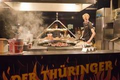 Kiełbasy na grillu - uliczny fast food fotografia stock