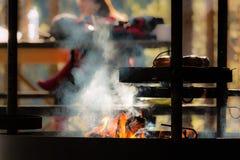 Kiełbasy podpieka nad dymienie grabą obraz stock