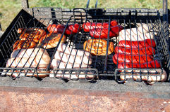 Kiełbasy przyjęcie Grilla wielki grill outdoors Cookout bbq jedzenie Duże piec wieprzowiny bratwurst niemieckie kiełbasy, biały p zdjęcie royalty free