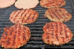 Kiełbasy Kiełbasy wieszają plenerowego dla sprzedaży na ulicznym rynku Stwarza ognisko domowe robić mięsną salami kiełbasę przy u zdjęcie stock