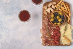 Kiełbasianego oliwki prosciutto serowi chlebowi kije Zdjęcie Stock