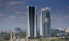 Kiefer andKuala Lumpur, Malaysia - KPKT-Turm-Marksteingebäude, das tropische Strände des Standorts ist Voll von den Blättern vom  lizenzfreie stockfotos