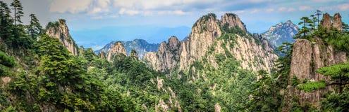 """Kiefer im Vordergrund und in den rauen felsigen Spitzen, die zu den Horizont in Huang Shan-é"""" """"å±±, gelbe Berge führen lizenzfreie stockfotografie"""
