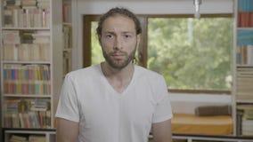 Kiefer ließ den jungen bärtigen Mann des Hippies fallen, der die Reaktion überrascht war, die etwas sieht zu erstaunen - stock video