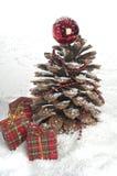 Kieferkegel Weihnachtsbaum und Zimtsteuerknüppel. Lizenzfreies Stockbild