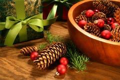 Kieferkegel, Weihnachtskugeln und Geschenke Lizenzfreie Stockfotos