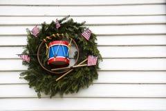 Patriotischer Kranz mit Spielzeug-Trommel und US-Flaggen Stockfoto