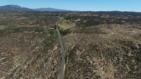 Kiefern zur Palmen-Landstraße an Cahuilla-Reservierung stock footage