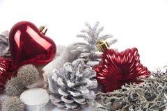 Kiefernkegel lokalisiert auf weißem Hintergrund mit Weihnachtsbällen Lizenzfreies Stockfoto