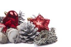 Kiefernkegel lokalisiert auf weißem Hintergrund mit Weihnachtsbällen Stockfotos