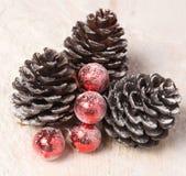 Kiefernkegel und Weihnachtsbälle Stockbilder