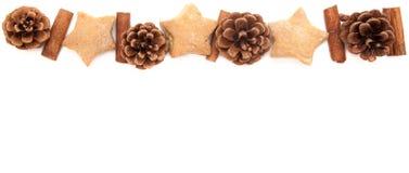 Kiefernkegel, Zimt, Plätzchenweihnachtsgrenze auf Weiß Stockfotos