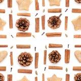 Kiefernkegel, Zimt, Plätzchenweihnachtssammlung stellte auf Weiß ein Stockfoto