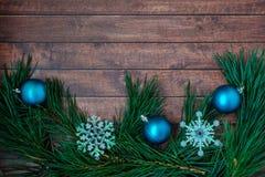 Kiefernniederlassungen und Weihnachtsdekorationen auf hölzernem Hintergrund Lizenzfreie Stockfotografie