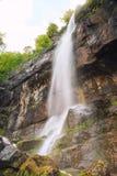 Kiefernstein (Borov Kamak) Wasserfall in Balkan-Bergen, Bulgarien stockfotografie