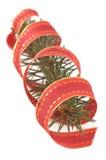 Kieferzweig mit einem Weihnachtsfarbband Lizenzfreie Stockbilder