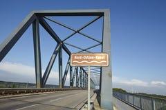 Kiel Canal - Gruenental bro på Beldorf Arkivfoton