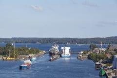 Kiel - Containerschepen bij het slot Kiel-Holtenau Stock Fotografie