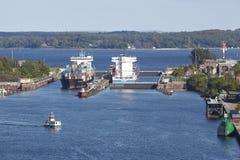 Kiel - Containerschepen bij het slot Kiel-Holtenau Royalty-vrije Stock Fotografie