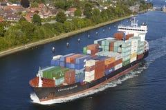 Kiel - Containerschiff bei Kiel Canal nahe Verschluss Holtenau Lizenzfreies Stockbild