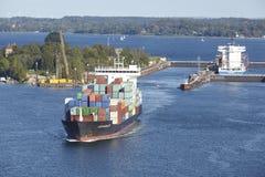 Kiel - Containerschiffe am Verschluss Kiel-Holtenau Stockfotografie