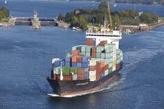 Kiel - Containerschip in Kiel Canal dichtbij slot Holtenau Stock Fotografie