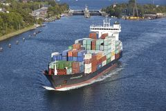 Kiel - navire de récipient chez Kiel Canal près de serrure Holtenau Photographie stock libre de droits