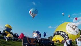 KIEL, NIEMCY - JUNI 22, 2016: Gorącego Powietrza Balonowy Liftoff na 10 Międzynarodowy Balonowy żagiel w Kiel, Niemcy zbiory wideo