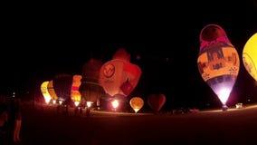 KIEL, NIEMCY - JUNI 22, 2016: Rozjarzeni gorące powietrze balony w nocy łunie na 10 Międzynarodowy Balonowy żagiel w Kiel, Niemcy zbiory wideo