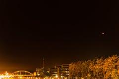 Kiel, Niemcy 28th Wrzesień, 2015 wrażeń Wrzesień krwionośna księżyc błyszczy nad stolicą kraju Holstein, Obraz Royalty Free