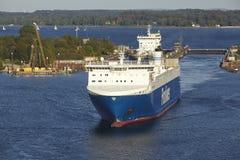Kiel - Ro-RoFrachtschiff bei Kiel Canal Lizenzfreie Stockfotos